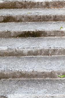Vieilles marches et escaliers en béton, marches en béton pour se déplacer sur les collines