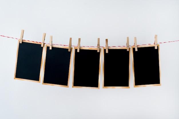 Vieilles photographies suspendus sur une corde sur fond blanc