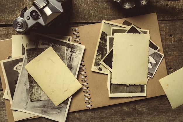 Vieilles photos sur la table en bois