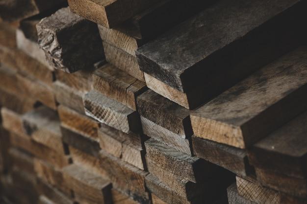 Vieilles planches de bois empilées en rangées