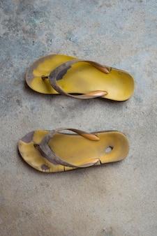 Vieilles sandales en caoutchouc jaune