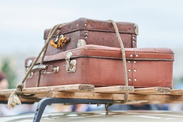 Vieilles valises attachées au toit de la voiture