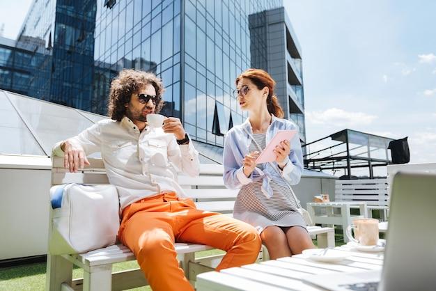Vieux amis. deux vieux amis se retrouvent sur la terrasse d'été tout en parlant de leurs souvenirs inoubliables