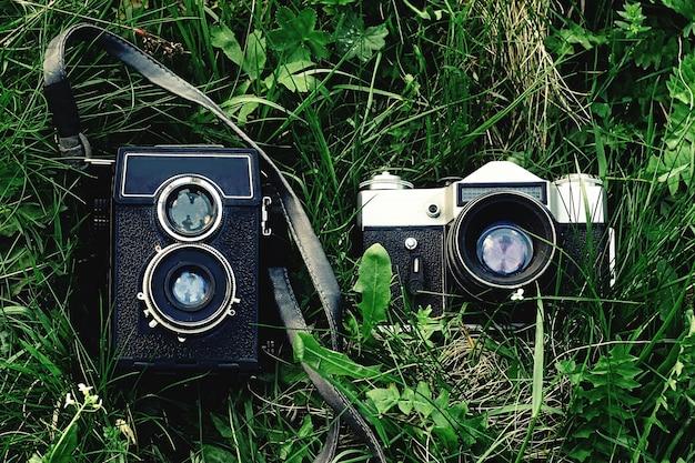 Vieux appareils sur l'herbe