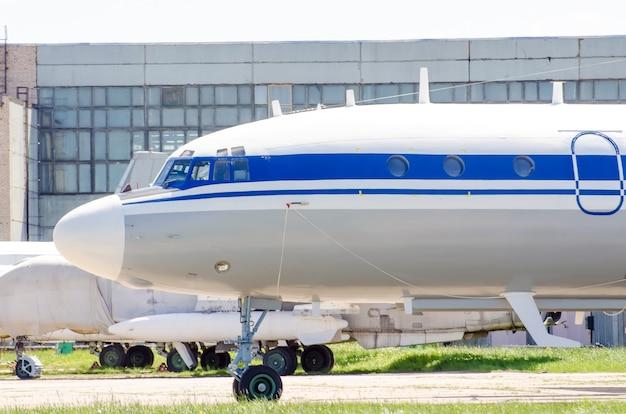 Vieux avions à l'usine de réparation, à l'aéroport.