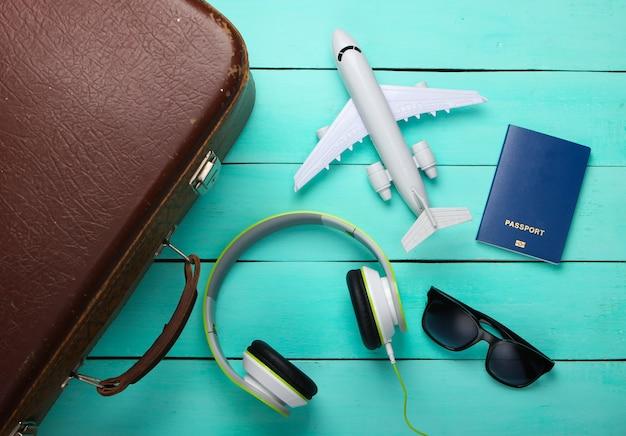 Vieux bagages et accessoires de voyage sur une surface en bois bleue