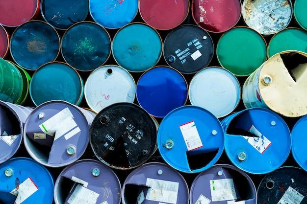 Vieux barils chimiques. tambour à huile bleu, vert et rouge. réservoir d'huile en acier. entrepôt de déchets toxiques.