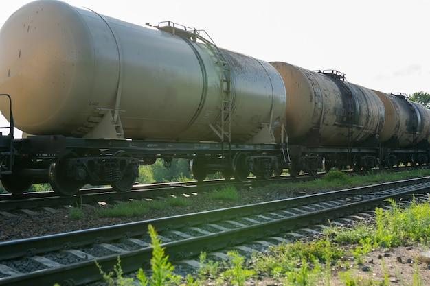 Vieux barils de pétrole sur le chemin de fer. photo de haute qualité