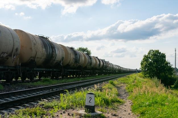 Vieux barils de pétrole sur le chemin de fer