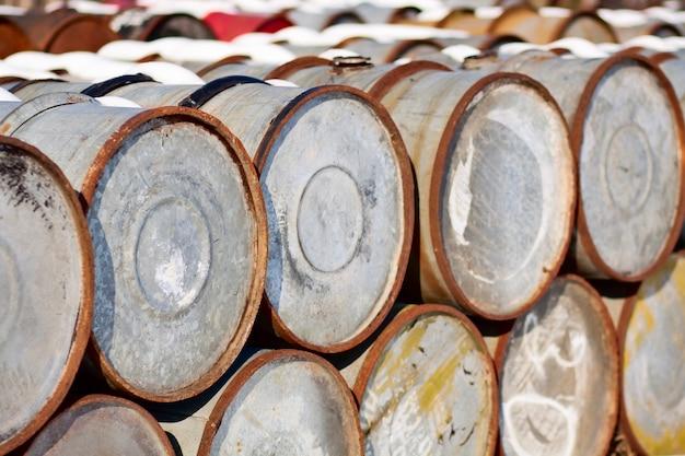 Vieux barils de pétrole