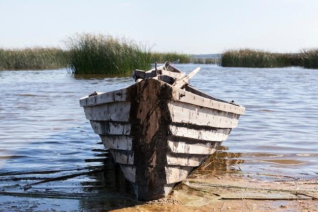 Vieux bateau en bois près du lac, utilisé par la population locale pour la pêche, bateau en mauvais état