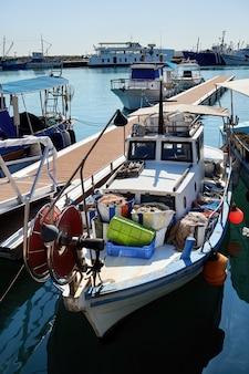 Vieux bateau fisher rouillé dans un port