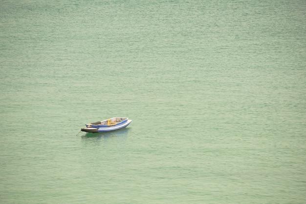 Un vieux bateau flotte sur la mer, l'espace de copie permet de saisir du texte.