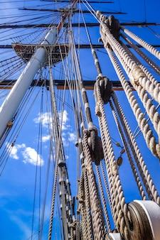 Vieux bateau mât et cordes à voile gros plan