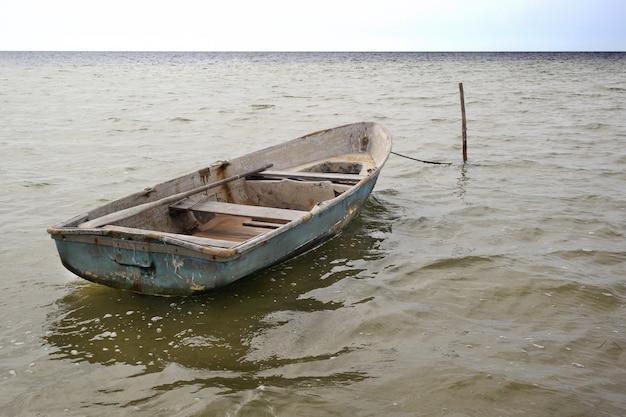 Un vieux bateau de pêche. en attente du pêcheur.