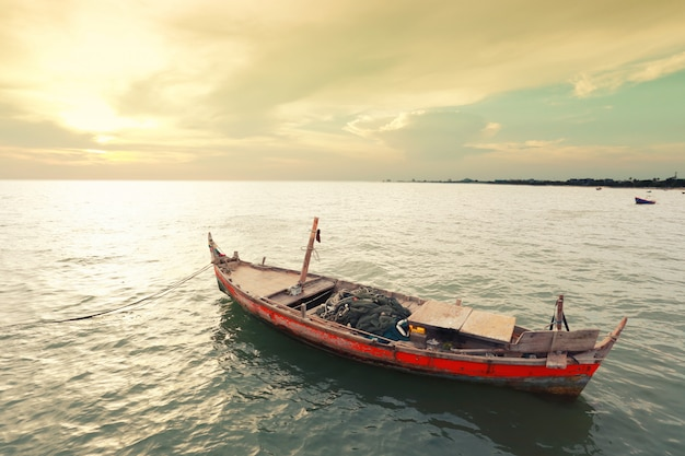 Vieux bateau de pêche sur la côte de la mer de thaïlande.
