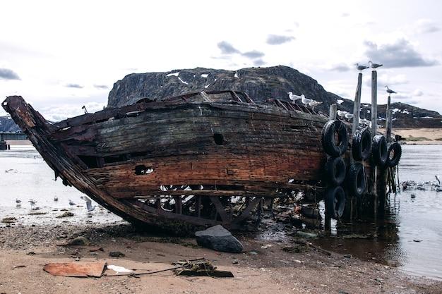 Vieux bateau de pêche jeté à terre