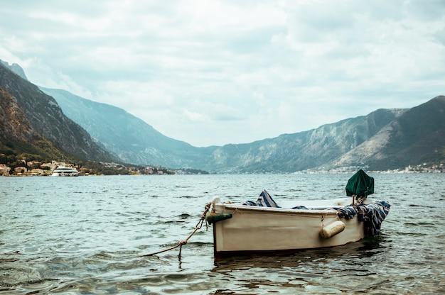 Vieux bateau de pêche en mer