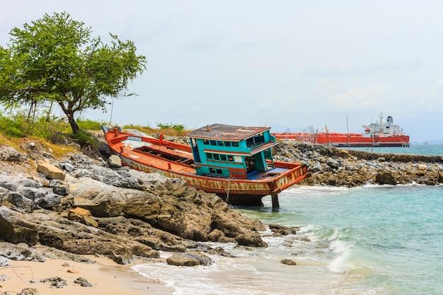 Vieux bateau de pêcheur a coulé sur la plage de rocher