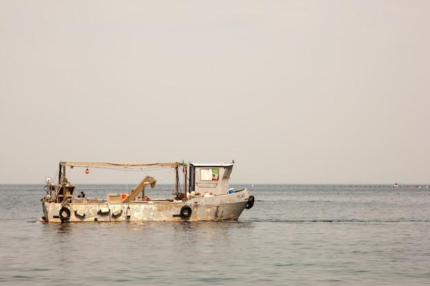 Vieux bateau de pêcheur dans la mer de trieste
