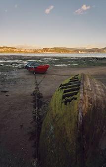 Vieux bateaux de pêche abandonnés sur la rive