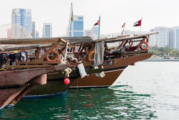 Vieux bateaux de pêche à abu dhabi, émirats arabes unis