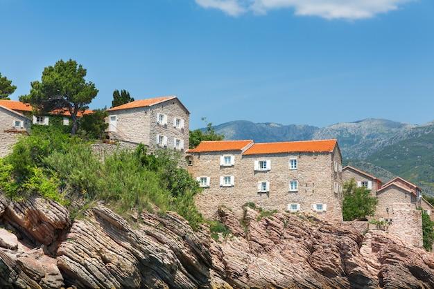Vieux bâtiments de briques dans les montagnes