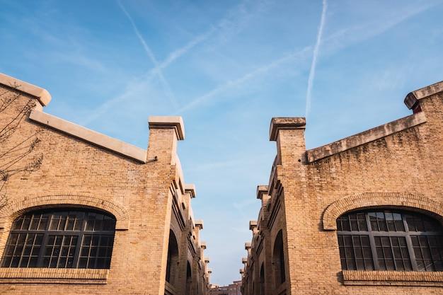 Vieux bâtiments industriels en brique rénovés pour des usages sociaux de la ville de valence, en espagne.