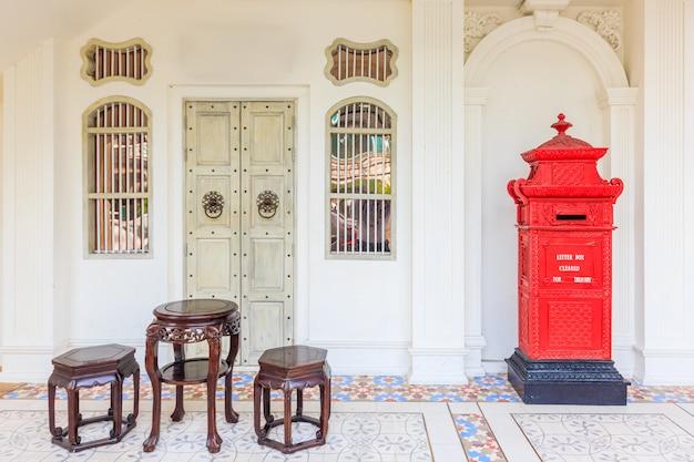Vieux bâtiments de style portugais sino dans la ville de phuket en thaïlande.
