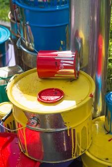 Vieux bidons avec des taches de peinture de différentes couleurs