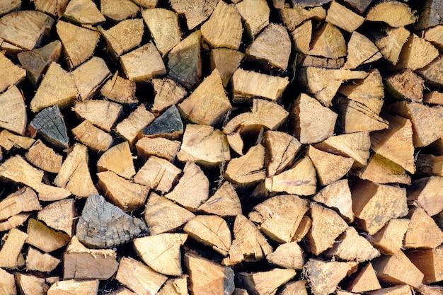 Vieux bois de chauffage empilé