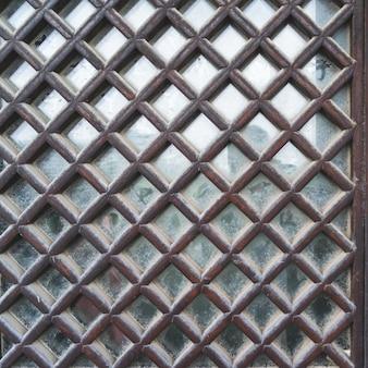 Vieux bois en fenêtres, carrés, soigneusement aménagé