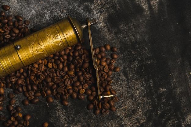 Vieux broyeur sur les grains de café