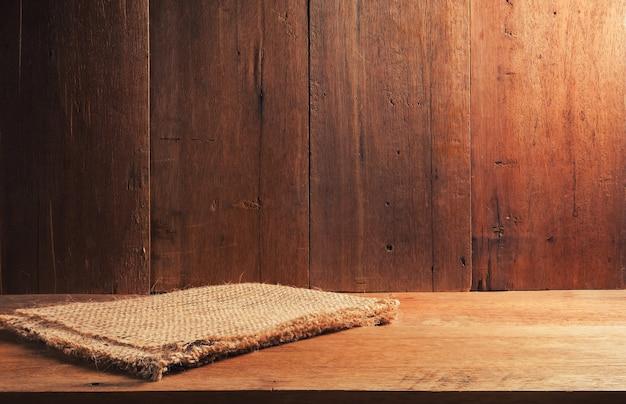 Vieux brun texture bois foncé et sac en tissu avec fond sombre
