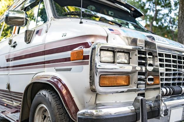 Vieux bus rétro. texture de surface métallique rugueuse. bus de voitures anciennes