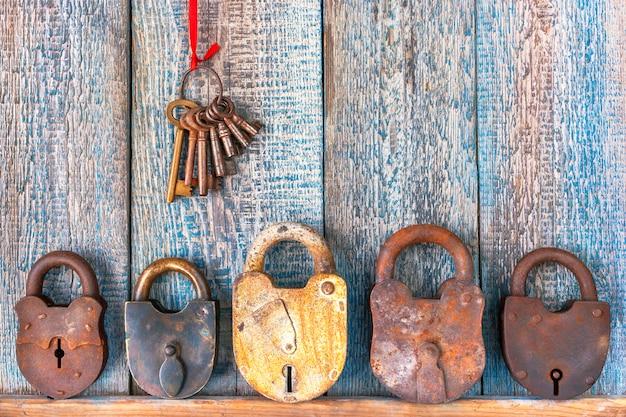 Vieux cadenas et trousseau de clés