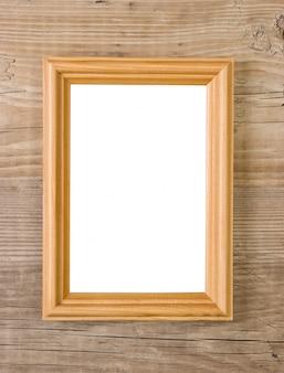 Vieux cadre photo isolé sur un fond en bois