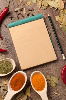 Vieux cahier, épices en cuillères