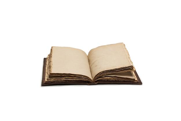 Un vieux cahier vide ouvert isolé sur fond blanc. espace de copie.