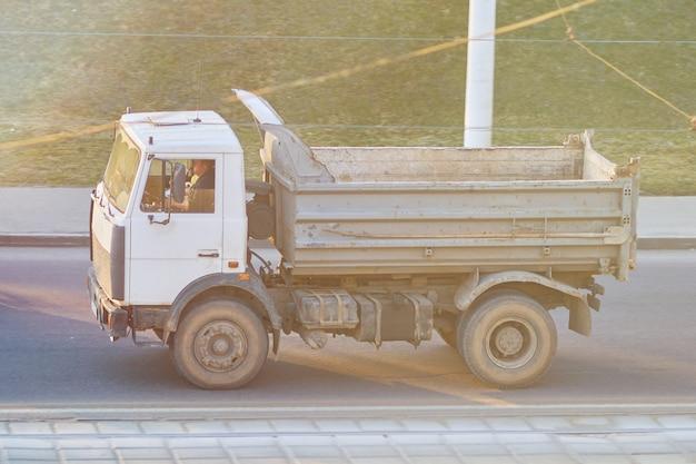 Vieux camion à benne basculante russe de retour dans les derniers rayons