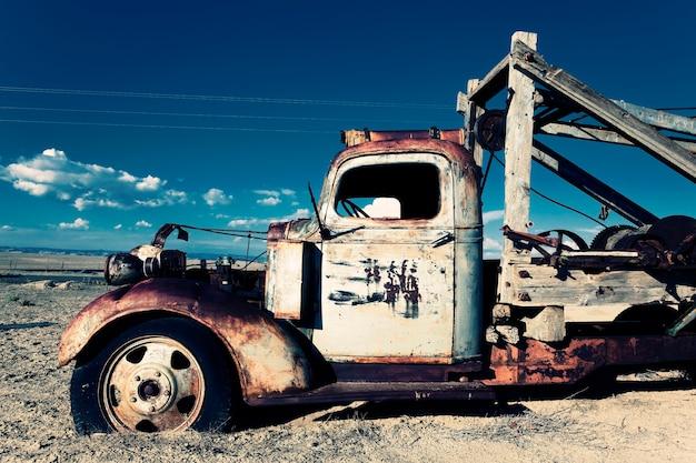 Vieux camion sur le terrain