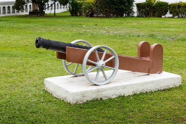 Vieux canon dans le parc