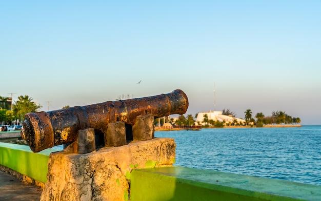 Vieux canon rouillé à la promenade du bord de mer à chetumal, l'état de quintana roo au mexique