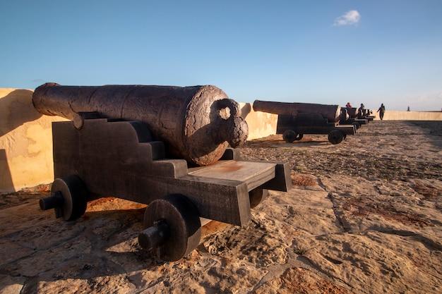 Vieux canon rouillé