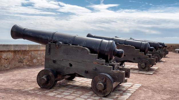 Vieux canons sur les murs de sable d'olonne, vendée, france