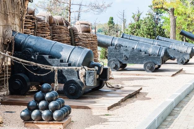 Les vieux canons et les noyaux du fort défensif sont un musée militaire.
