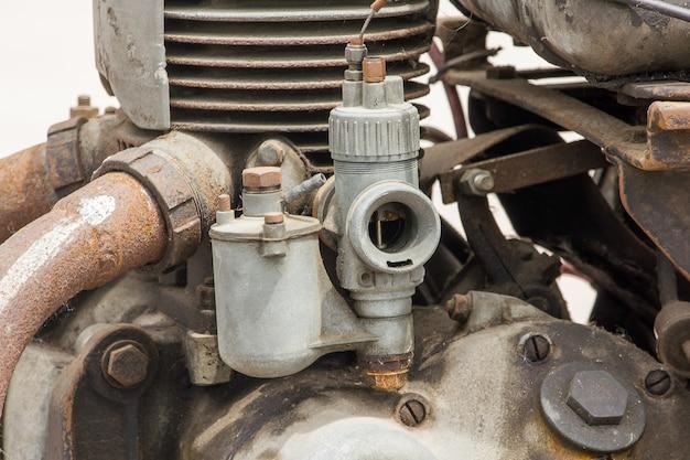 Vieux carburateur dans le moteur d'une voiture ancienne pendant de nombreuses années