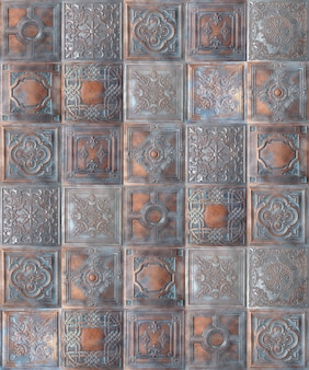 Vieux carreaux de plafond en étain peint décoratif