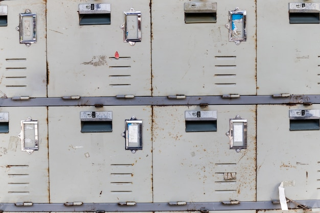 Les vieux casiers rouillés du cabinet, gros plan
