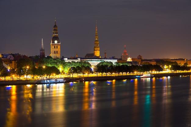 Vieux centre de riga, lettonie la nuit